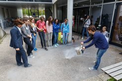 "Minister Müller joins the girls at the station ""X-ray astronomy"" - experimenting with liquid nitrogen."