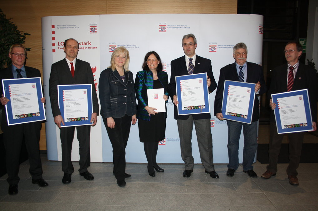Award ceremony with all partners.<br />On the left, Prof. Markus Thoma from MPE, third from left, the Hessian Minister of Science Mrs. Kühne-Hörmann