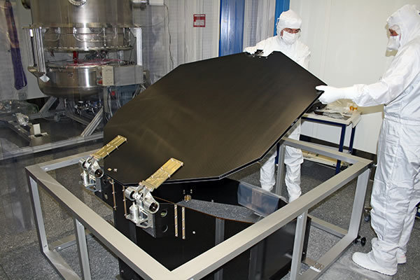 New clean room: in the foreground the telescope lid of eROSITA in the material lock, in the background the thermal vacuum chamber V