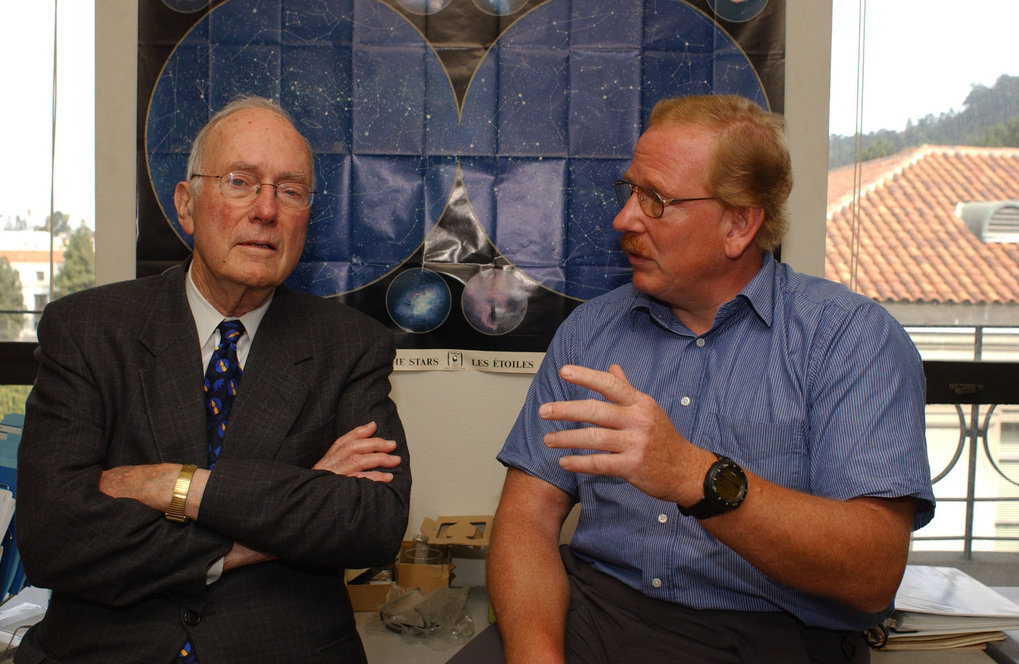<p>Charles Townes discussing physics with Reinhard Genzel.</p>