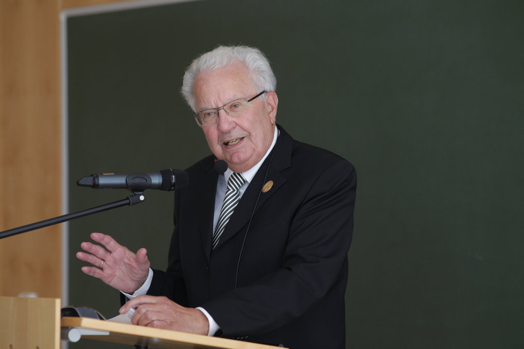 The University of Crete awards former MPE director Gerhard Haerendel the title of Honorary Doctor of Physics. The University wishes to honour his personality, his research work as well as his educational accomplishments. In addition this honour is an acknowledgement of his contribution to the scientific development of Greece and his strong links with the University.