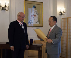 "The Japanese ambassador in Berlin presents Prof. Trümper with ""Order of the Rising Sun""."